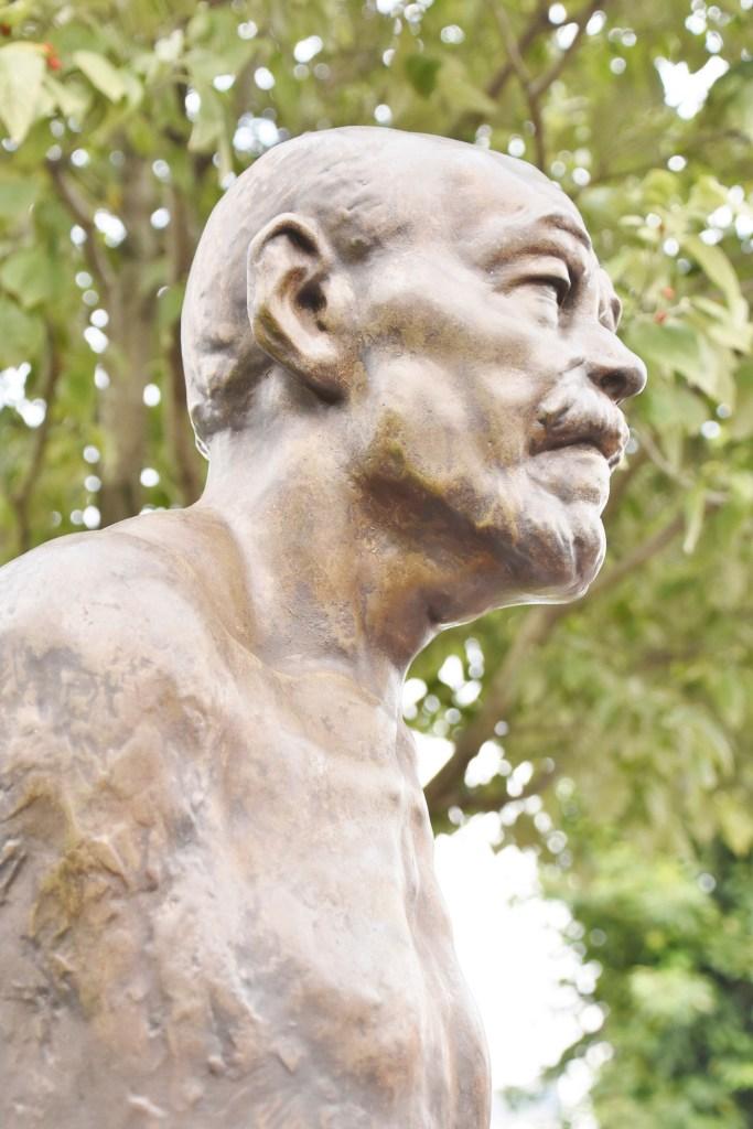 高村光太郎(1959年) 日本の彫刻界で彼のように聡明確実な腕をもった者は一人もいなかった。その上彼の世間を相手にしない孤高な魂はそれに気品を与えた。彼は木盆にヴェルレーヌの詩、「われは選ばれたる者の怖れと喜びを持つ」を原語で自ら彫りつけていた。